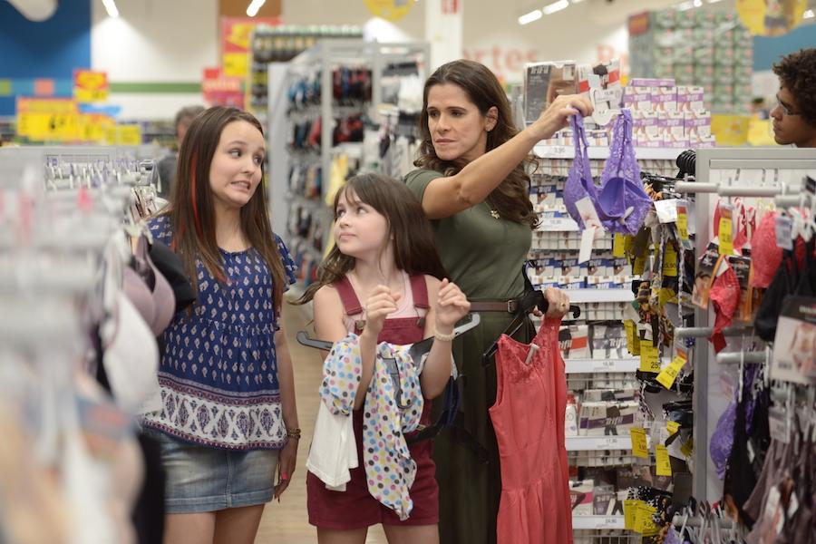 mae e filha fazendo compras